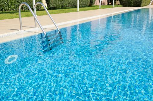 Wet「Beautiful Outdoor Hotel Swimming Pool in Sunshine」:スマホ壁紙(11)