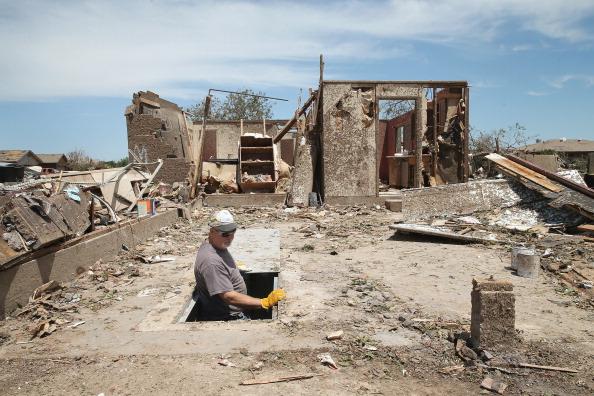 Emergency Shelter「Massive Tornado Causes Large Swath Of Destruction In Suburban Moore, Oklahoma」:写真・画像(11)[壁紙.com]