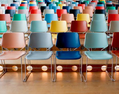 並んでいる「カラフルな空の椅子を備えたシアター」:スマホ壁紙(5)