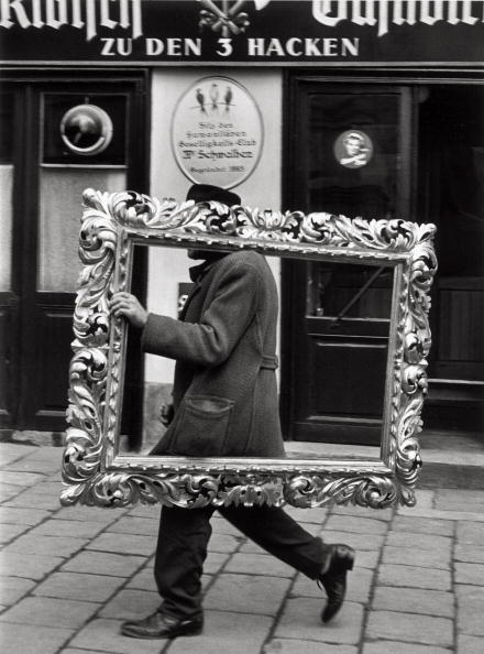 Baroque Style「Man carrying a picture frame」:写真・画像(3)[壁紙.com]