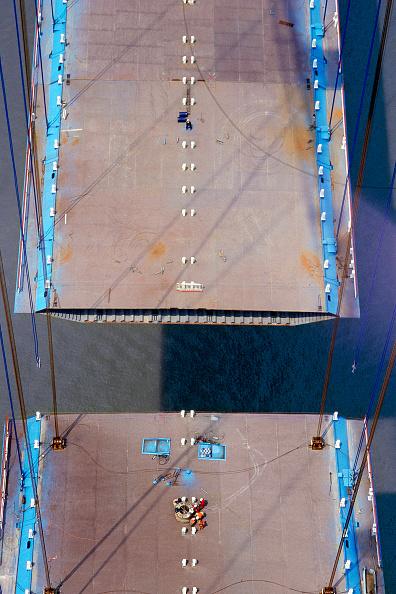 Suspension Bridge「Deck section lift during construction of the Jiang Yin suspension Bridge over the Yangtse river, China.」:写真・画像(7)[壁紙.com]