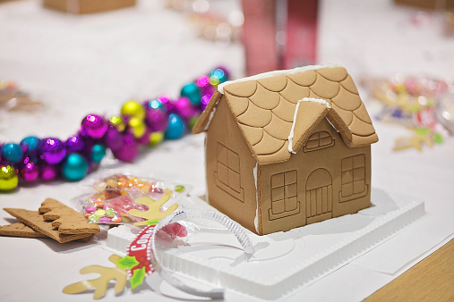 Gingerbread Cookie「Gingerbread house ready to be decorated」:スマホ壁紙(7)
