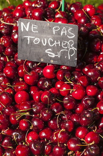 Nouvelle-Aquitaine「Cherries for sale with French do not touch sign」:スマホ壁紙(16)