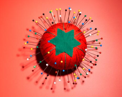 Sewing「Pincushion on Red」:スマホ壁紙(18)
