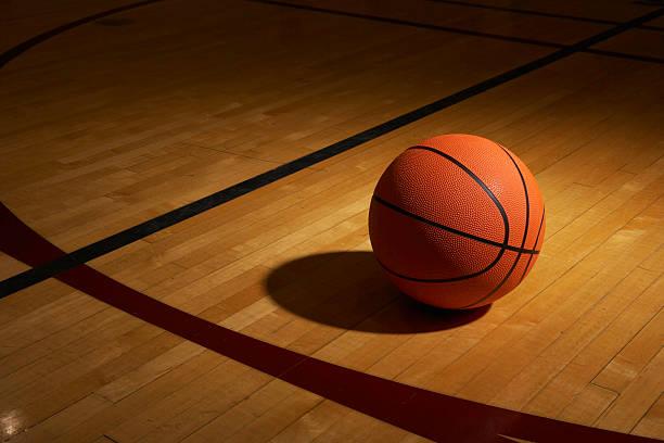 Basketball on basketball court, elevated view:スマホ壁紙(壁紙.com)