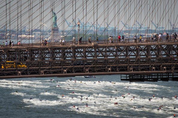 Brooklyn Bridge「Mass Of Jet Skiers Gather For Ride In New York's East River」:写真・画像(19)[壁紙.com]