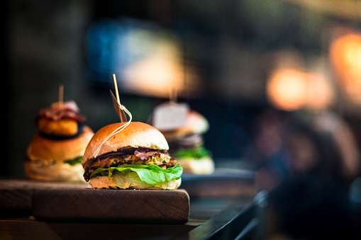 Grilled「Fresh flame grilled burgers displayed in a row at food market」:スマホ壁紙(18)
