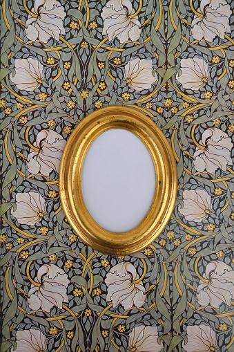 Girly「Oval golden picture frame on wallpaper with Art Nouveau floral design」:スマホ壁紙(15)