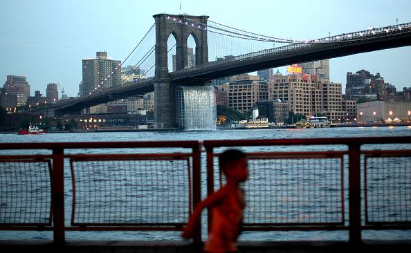 Brooklyn Bridge「Art Installation Of Waterfalls Takes Over East River Views」:写真・画像(7)[壁紙.com]