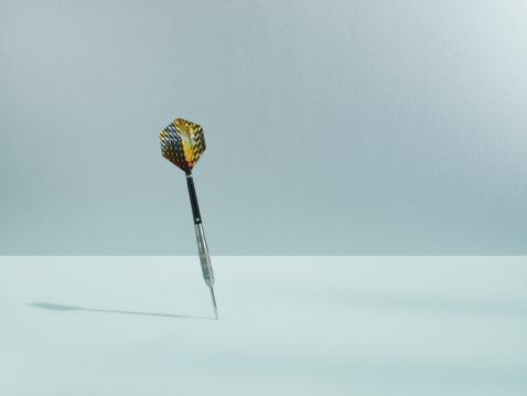 Winning「Dart sticking in surface」:スマホ壁紙(18)