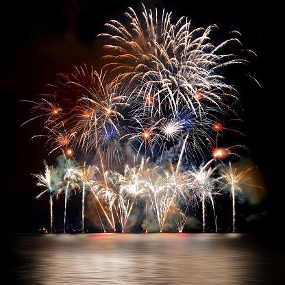 花火「照らされた水の反射と美しい大きなカラフルな花火大会」:スマホ壁紙(8)