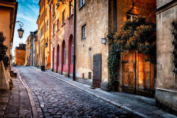 Autumn view of the birch street in the morning in Warsaw's Old Town, Poland:スマホ壁紙(壁紙.com)