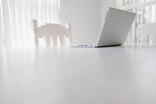 Telecommuting「Open Laptop on Table」:スマホ壁紙(19)