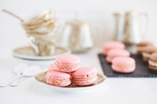 Macaroon「Strawberry and chocolate macaroons with teacups」:スマホ壁紙(17)