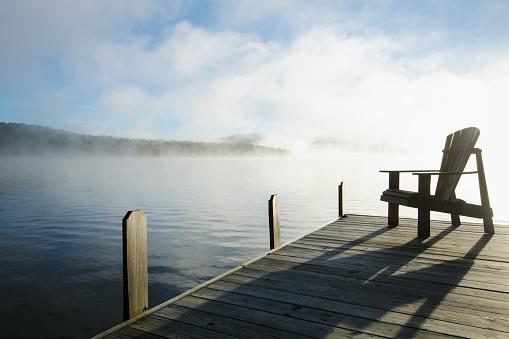 Adirondack Chair「USA, New York, St. Armand, Lake Placid, Outdoor chair on pier by lake」:スマホ壁紙(19)