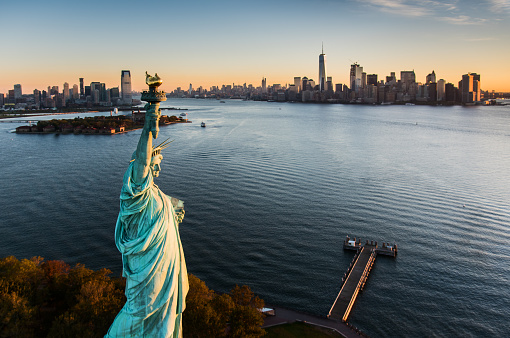 Liberty Island「USA, New York State, New York City, Aerial view of Statue of Liberty at sunrise」:スマホ壁紙(19)