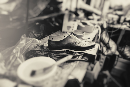 Shoe「Making new boots」:スマホ壁紙(14)