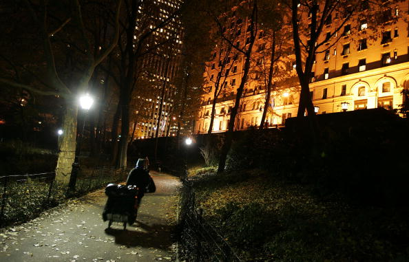 Homelessness「Homeless Woman Lives In The Shadow Of Wealth Along New York's 5th Ave」:写真・画像(2)[壁紙.com]