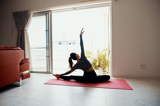 Serene People「Millennial-aged women practicing yoga in her home studio」:スマホ壁紙(17)