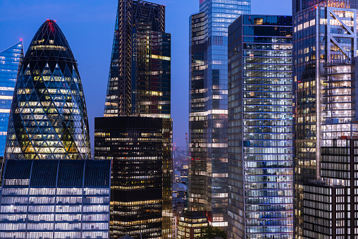 Stock Market and Exchange「Elevated view of London's Financial District at night.」:スマホ壁紙(3)
