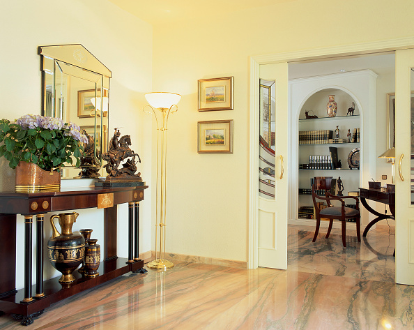 Home Decor「A hallway is flanked with artifacts on display」:写真・画像(16)[壁紙.com]
