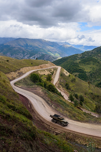 コーカサス山脈「Old truck ascending to Sotk Pass in Nagorno-Karabakh」:スマホ壁紙(10)