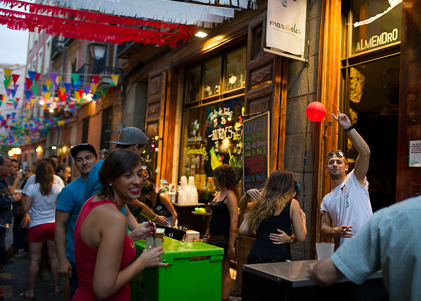Tapas「Las Fiestas de la Paloma' in Madrid's La Latina District」:写真・画像(16)[壁紙.com]