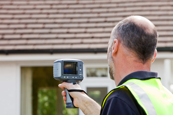 Heat - Temperature「A technician uses a thermal imaging camera to check the thermal efficiency of a house, and where heat is lost from the house.」:写真・画像(4)[壁紙.com]