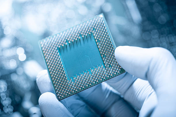 Technician holding chip against defocused electronic circuit board:スマホ壁紙(壁紙.com)
