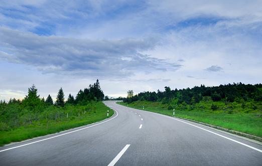 Driving「Driving along curving road」:スマホ壁紙(0)