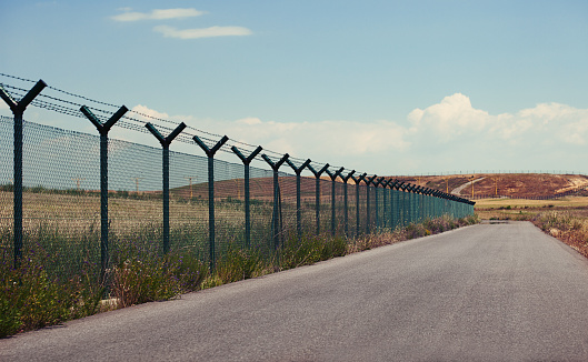 Geographical Border「Road next to a fence」:スマホ壁紙(9)