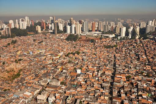 Contrasts「Parque Real, Favela or Slum Living next to Upscale Morumbi Neighborhood in Sao Paulo, Brazil」:スマホ壁紙(1)
