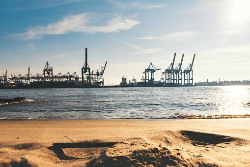 Pier「Elbe beach in Hamburg with Cargo cranes」:スマホ壁紙(8)