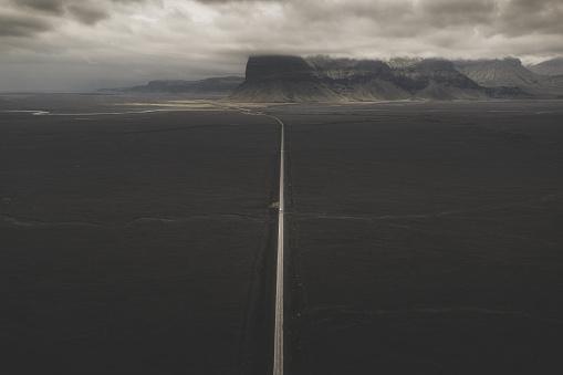 アイスランド ゴールデンサークル「Road across volcanic landscape and mountain backdrop, Iceland」:スマホ壁紙(10)