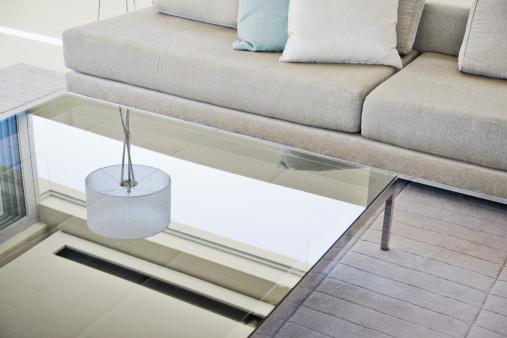 斜めから見た図「モダンなリビングルームに、ソファーとコーヒーテーブル」:スマホ壁紙(3)
