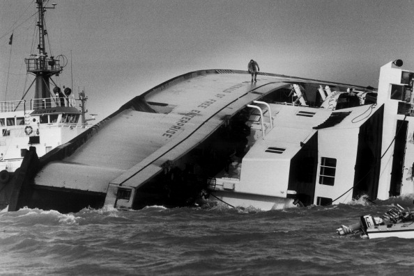 Passenger Craft「Ferry Capsizes」:写真・画像(3)[壁紙.com]