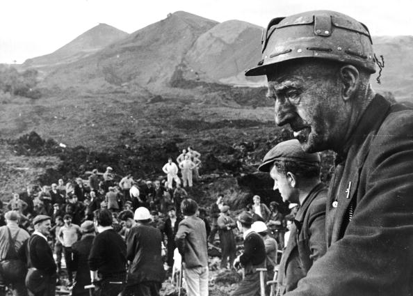 Accidents and Disasters「Aberfan Helpers」:写真・画像(18)[壁紙.com]