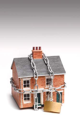 Insurance「Mortgaged house in padlock and chains」:スマホ壁紙(10)