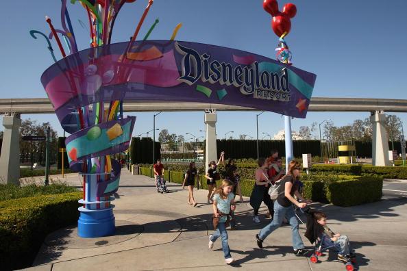 Entrance「Disney Restructuring To Bring Layoffs」:写真・画像(1)[壁紙.com]
