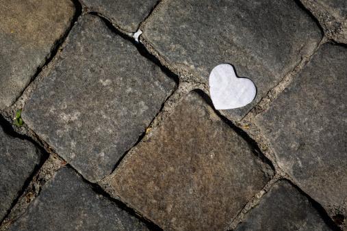 Paving Stone「Paper heart on footpath」:スマホ壁紙(11)