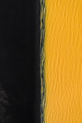 アイスランド ゴールデンサークル「Split between black beach and unusual coloured water, Iceland」:スマホ壁紙(12)