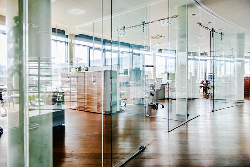 Brightly Lit「Shot Of An Empty Office Environment」:スマホ壁紙(17)