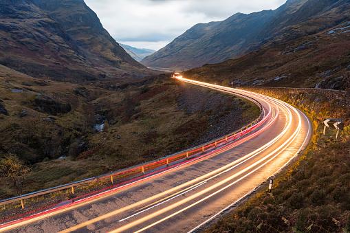 Light Trail「UK, Scotland, car light trails on scenic road through the mountains in the Scottish highlands near Glencoe at dusk」:スマホ壁紙(15)