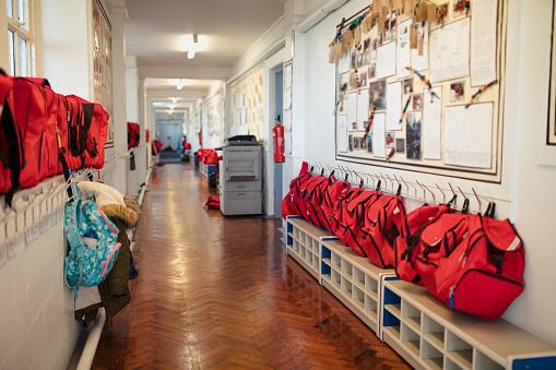 Backpack「Elementary School Corridor」:スマホ壁紙(12)