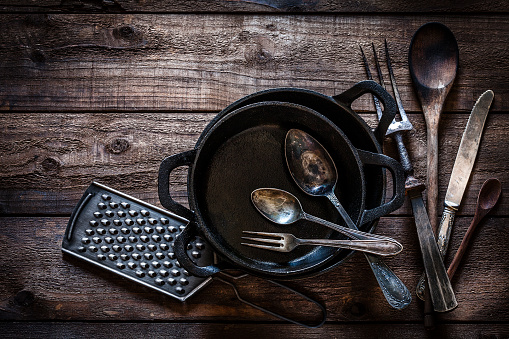 Cast Iron「Vintage kitchen utensils shot from above on rustic wooden table」:スマホ壁紙(0)