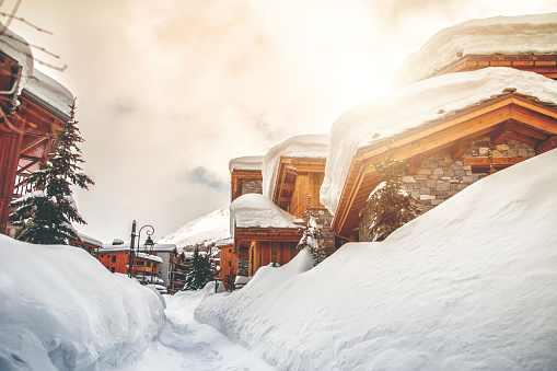 Chalet「Wooden chalet and snow footpath in french ski resort of Val d'Isere」:スマホ壁紙(17)