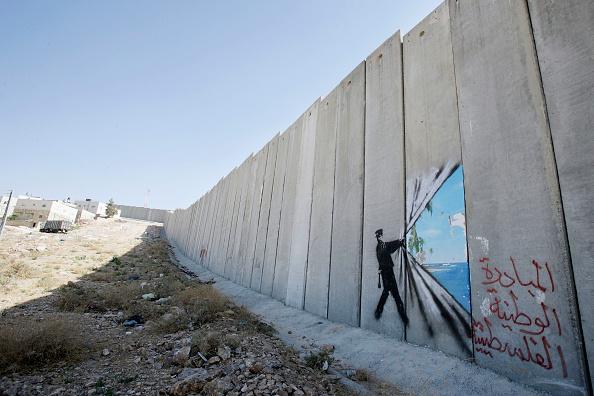 パレスチナ「British Guerrilla Artist Decorates West Bank Barrier」:写真・画像(16)[壁紙.com]
