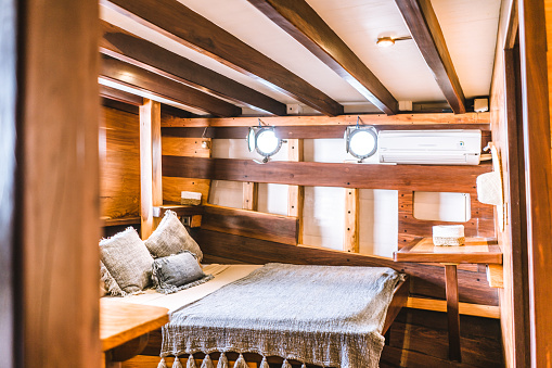Passenger Cabin「Bedroom on a luxury houseboat」:スマホ壁紙(7)