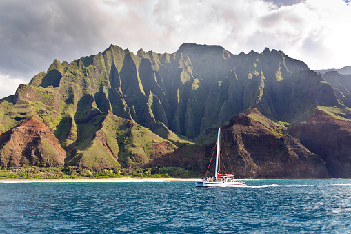 コースト山脈「風光明媚な風景の Na Pali の海岸のカウアイ島、ハワイの遊覧船ツアー」:スマホ壁紙(15)