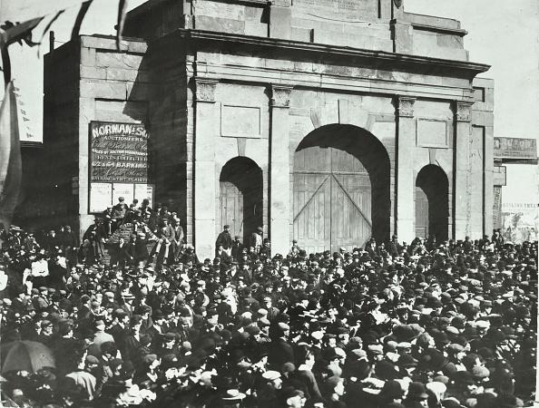 Closed「Crowd Outside The Closed East India Dock Gates, Poplar, London, 1897」:写真・画像(3)[壁紙.com]